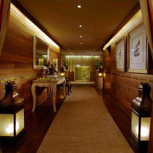 Idee per una palestra multiuso chic con pavimento in bambù e pareti marroni