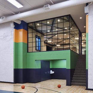 Esempio di un grande campo sportivo coperto contemporaneo con pareti grigie e pavimento beige
