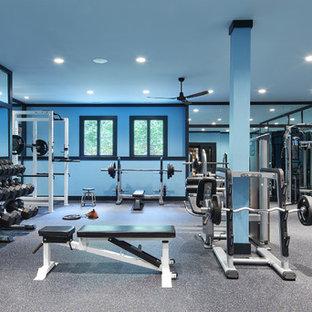 Idee per un'ampia sala pesi classica con pareti blu e pavimento grigio