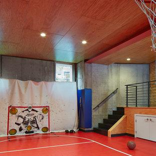 Immagine di un ampio campo sportivo coperto minimalista con pareti multicolore e pavimento in linoleum