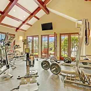 Idee per un'ampia sala pesi classica con pareti verdi