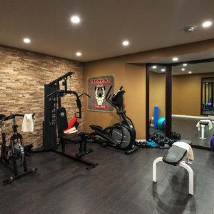 Multifunktionaler, Mittelgroßer Klassischer Fitnessraum mit Korkboden und beiger Wandfarbe in Toronto