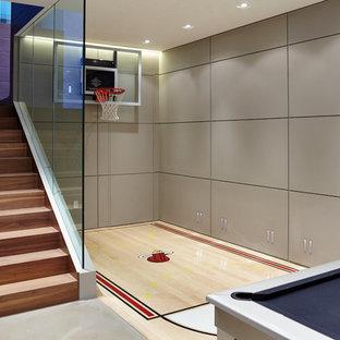Moderner Fitnessraum mit Indoor-Sportplatz, grauer Wandfarbe, hellem Holzboden und beigem Boden in Miami