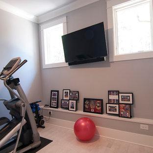 Cette image montre une petit salle de musculation design avec un mur beige et un sol beige.