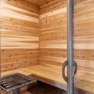 Esempio di una palestra in casa boho chic di medie dimensioni con parquet chiaro, pavimento marrone e soffitto in legno