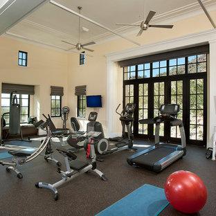 フェニックスの広いコンテンポラリースタイルのおしゃれなトレーニングルーム (ベージュの壁、茶色い床) の写真