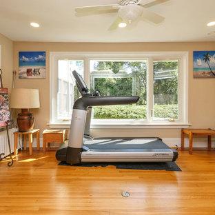 Idee per una palestra in casa di medie dimensioni con pareti beige, pavimento in legno massello medio e pavimento marrone