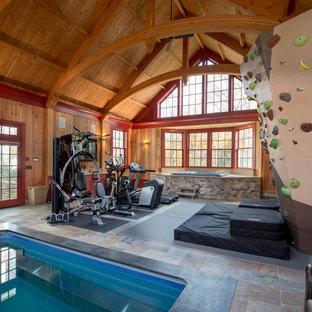 Diseño de gimnasio multiusos, de estilo de casa de campo, grande, con suelo de pizarra