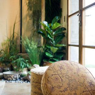 Großer Mediterraner Yogaraum mit beiger Wandfarbe, Travertin und braunem Boden in San Francisco