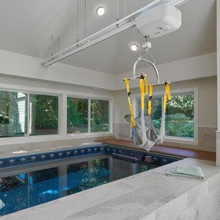 Multifunktionaler, Mittelgroßer Klassischer Fitnessraum mit weißer Wandfarbe und Porzellan-Bodenfliesen in Seattle