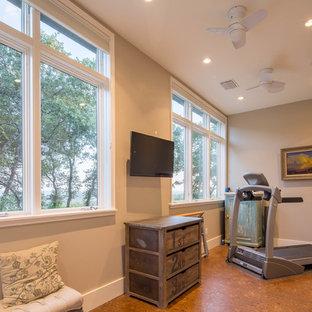 Multifunktionaler, Mittelgroßer Moderner Fitnessraum mit beiger Wandfarbe, Korkboden und braunem Boden in Austin