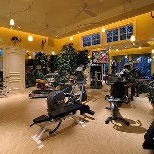 マイアミの広いトラディショナルスタイルのおしゃれなトレーニングルーム (ベージュの壁、カーペット敷き、ベージュの床) の写真