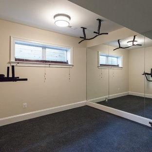 Foto di una palestra american style con pareti gialle e pavimento nero