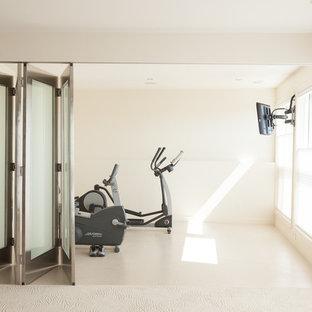 Пример оригинального дизайна интерьера: домашний тренажерный зал в современном стиле с белыми стенами и белым полом