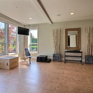 Esempio di un'ampia palestra multiuso stile americano con pareti grigie, pavimento in sughero e pavimento marrone