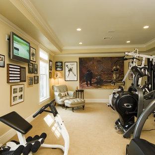 Mittelgroßer Klassischer Fitnessraum mit beiger Wandfarbe, Teppichboden und gelbem Boden in Bridgeport