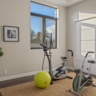 Idee per una palestra multiuso minimalista di medie dimensioni con pareti bianche, parquet scuro, pavimento marrone e soffitto ribassato
