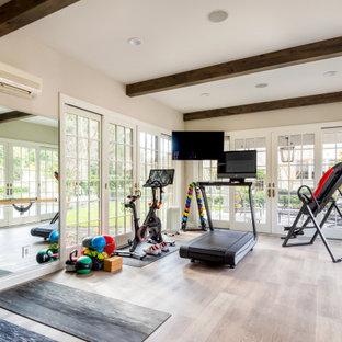 Multifunktionaler Fitnessraum mit beiger Wandfarbe, hellem Holzboden, beigem Boden und freigelegten Dachbalken in San Francisco
