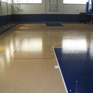 Mittelgroßer Klassischer Fitnessraum mit Indoor-Sportplatz, beiger Wandfarbe, hellem Holzboden und beigem Boden in Boston