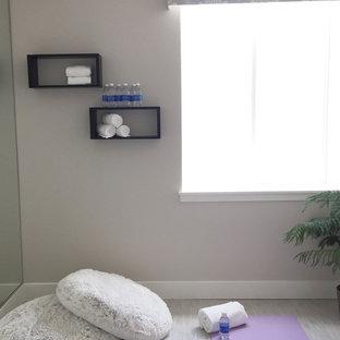 Ispirazione per uno studio yoga classico di medie dimensioni con pareti grigie, pavimento in linoleum e pavimento grigio