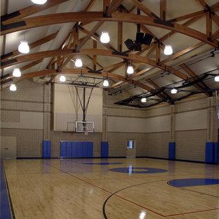Diseño de pista deportiva cubierta clásica, extra grande, con paredes beige y suelo de madera clara