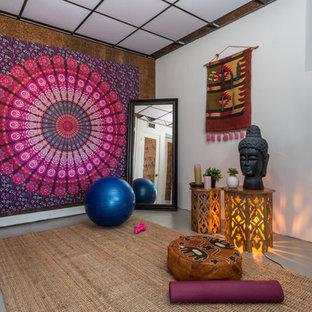 Asiatischer Yogaraum mit weißer Wandfarbe, Betonboden und grauem Boden in Los Angeles