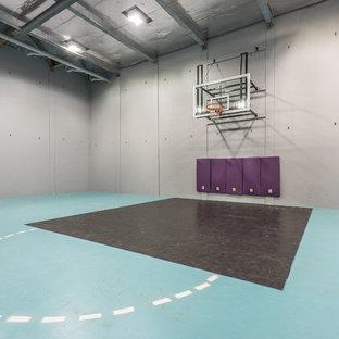 Großer Moderner Fitnessraum mit Indoor-Sportplatz, Betonboden, grauer Wandfarbe und blauem Boden in Perth