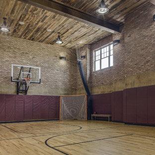 Geräumiger Landhausstil Fitnessraum mit Indoor-Sportplatz und hellem Holzboden in Baltimore