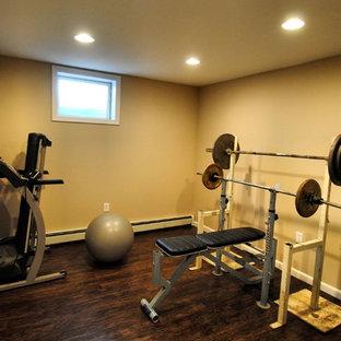Esempio di una sala pesi classica di medie dimensioni con pareti beige e pavimento in vinile