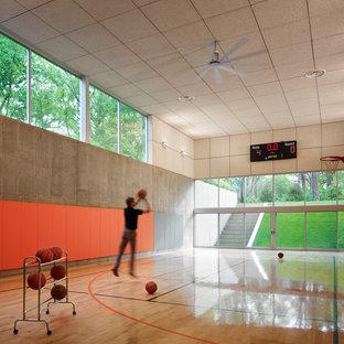 Mittelgroßer Moderner Fitnessraum mit Indoor-Sportplatz, hellem Holzboden und beiger Wandfarbe in Los Angeles