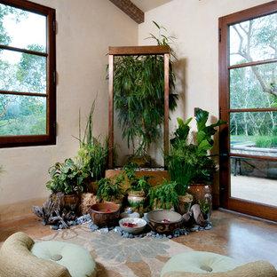 Idee per uno studio yoga bohémian con pareti beige