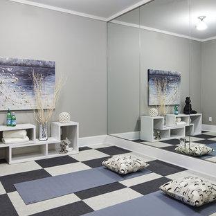 Esempio di uno studio yoga chic di medie dimensioni con pareti grigie, moquette e pavimento multicolore