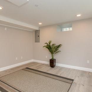 Immagine di uno studio yoga tradizionale di medie dimensioni con pareti beige, parquet chiaro e pavimento beige