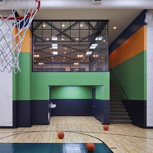 Moderner Fitnessraum mit Indoor-Sportplatz, bunten Wänden, hellem Holzboden und beigem Boden in Minneapolis