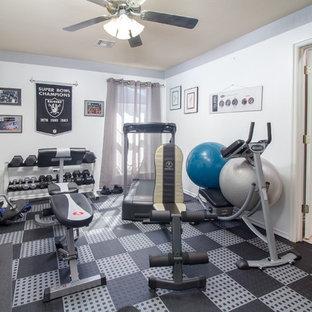 Ispirazione per una sala pesi tradizionale di medie dimensioni con pareti beige e pavimento nero