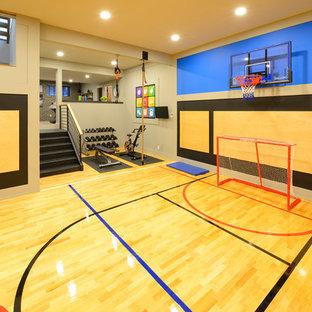 Ispirazione per un grande campo sportivo coperto tradizionale con pareti grigie, parquet chiaro e pavimento giallo