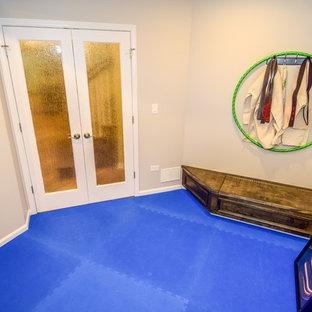 Kleiner Klassischer Fitnessraum mit beiger Wandfarbe in Chicago