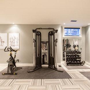 Multifunktionaler Moderner Fitnessraum mit grauer Wandfarbe, Teppichboden und buntem Boden in Toronto