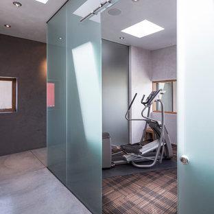 Idee per una sala pesi minimal di medie dimensioni con pareti grigie, pavimento marrone e moquette