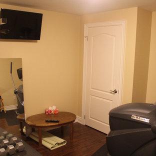 Kleiner Klassischer Fitnessraum mit beiger Wandfarbe und dunklem Holzboden in Toronto