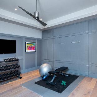 Mediterraner Fitnessraum mit braunem Holzboden und eingelassener Decke in Miami