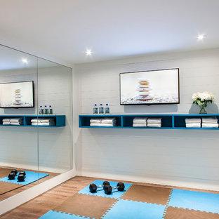 Idee per un piccolo studio yoga contemporaneo con pareti bianche
