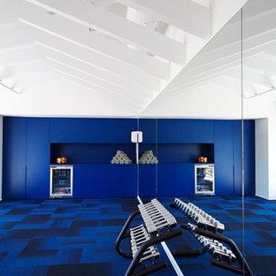 Multifunktionaler, Großer Moderner Fitnessraum mit blauer Wandfarbe, Teppichboden und blauem Boden in Barcelona