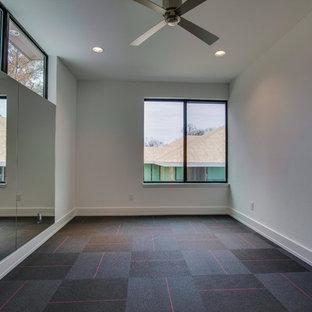 Foto di una palestra in casa minimalista con pareti grigie e pavimento grigio