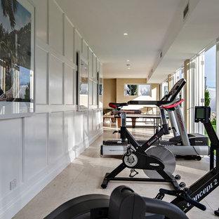 Multifunktionaler, Großer Klassischer Fitnessraum mit weißer Wandfarbe, Kalkstein und gelbem Boden in Gold Coast - Tweed