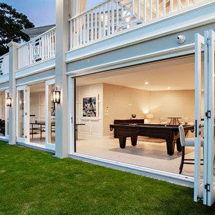 Multifunktionaler, Geräumiger Klassischer Fitnessraum mit weißer Wandfarbe, Kalkstein und gelbem Boden in Gold Coast - Tweed