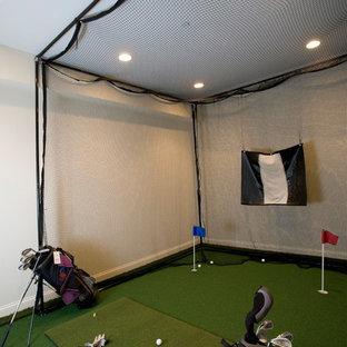 シカゴの広いトランジショナルスタイルのおしゃれなホームジム (ベージュの壁、カーペット敷き、緑の床) の写真