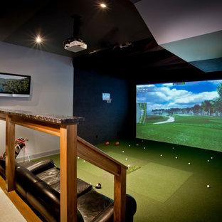 Свежая идея для дизайна: большой универсальный домашний тренажерный зал в стиле модернизм с бежевыми стенами, ковровым покрытием и зеленым полом - отличное фото интерьера