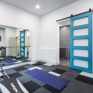 他の地域の広いコンテンポラリースタイルのおしゃれな多目的ジム (白い壁、カーペット敷き、マルチカラーの床) の写真