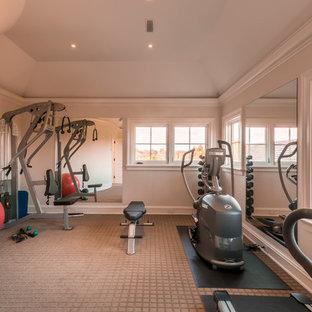 Foto di una sala pesi classica di medie dimensioni con moquette e pavimento beige